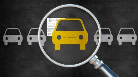 Gelbes Auto hinter einer großen Lupe